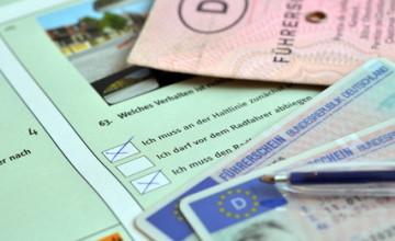 Führerscheinprüfungsbogen mit Führerschein